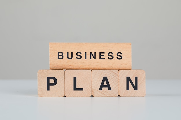 Koncepcja planowania biznesowego z widokiem z boku drewniane kostki.