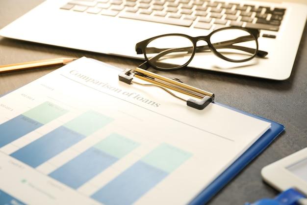 Koncepcja planowania finansów na czarnym drewnianym stole
