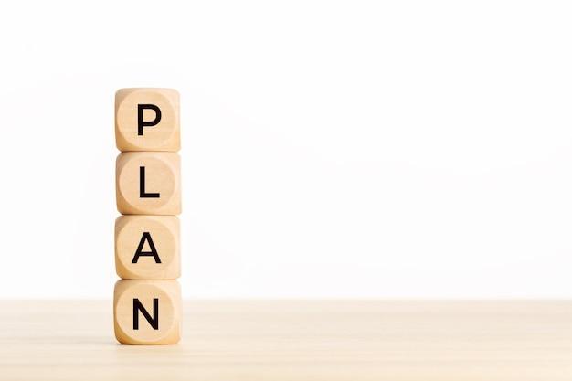 Koncepcja planu. drewniany blok z tekstem na stole.