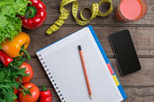 Koncepcja planu odchudzania diety z warzywami widok z góry makiety