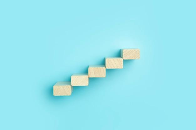 Koncepcja planu rozwoju biznesu i analiza biznesowa tło drewniane kroki z klocków na...