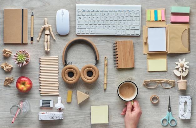 Koncepcja płaskiego leżała z nowoczesnymi materiałami biurowymi z ekologicznych ekologicznych materiałów, papieru rzemieślniczego, bambusa i drewna. organizuj procedury przestrzeni roboczej, unikając plastiku jednorazowego użytku, aby zmniejszyć straty.