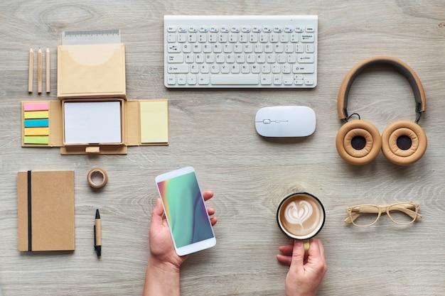 Koncepcja płaskiego leżała z nowoczesnymi materiałami biurowymi z ekologicznych ekologicznych materiałów, papieru rzemieślniczego, bambusa i drewna. organizuj procedury przestrzeni roboczej, unikając plastiku jednorazowego użytku.