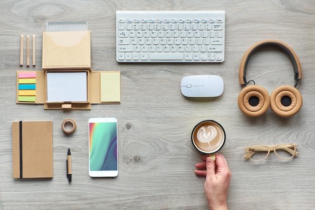 Koncepcja płasko ukształtowana z nowoczesnymi materiałami biurowymi z ekologicznych, zrównoważonych materiałów bez plastiku jednorazowego użytku w celu zmniejszenia ilości odpadów i organizacji zrównoważonego stylu życia w pracy.