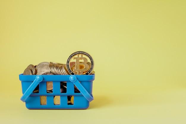 Koncepcja płatności cyfrowej kryptowaluty, różne srebrne i złote monety fizyczne cyfrowe kryptowaluty w koszyku.