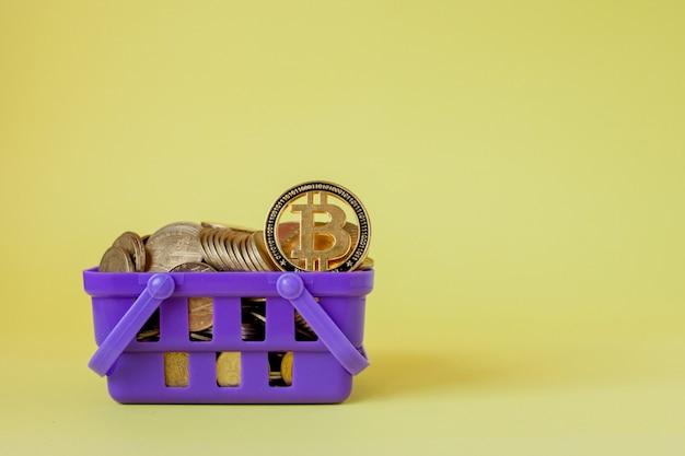 Koncepcja płatności cyfrowej kryptowaluty, różne srebrne i złote monety fizyczne kryptowaluty w koszyku.