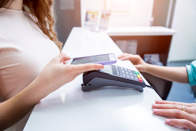 Koncepcja płatności mobilnych z nowoczesną technologią nfc