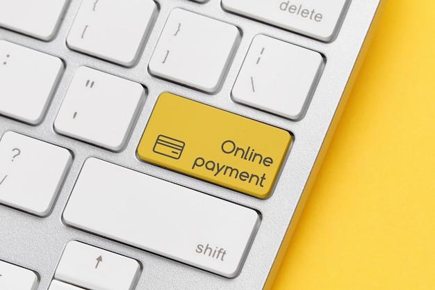 Koncepcja płatności online na przycisku klawiatury. ścieśniać.