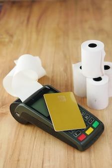 Koncepcja płatności zbliżeniowych z kartą kredytową i maszyną pos na stole