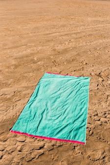 Koncepcja plaży z zielonym ręcznikiem