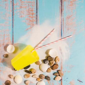 Koncepcja plaży ze szkła i słomek