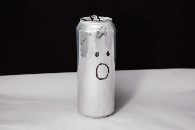 Koncepcja pobitego mężczyzny z gipsowym paskiem zdziwiony emotikon na aluminiowej puszce emoji ze zdziwieniem