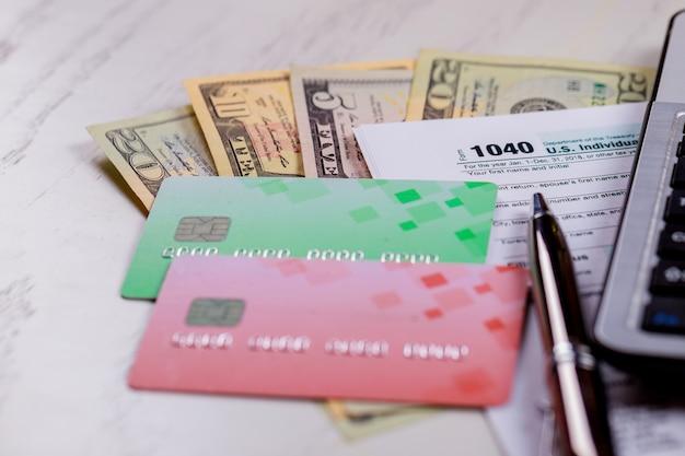 Koncepcja podatkowa usa formularz podatkowy usa 1040 z rachunkami w dolarach amerykańskich i kalendarzem kwietniowym