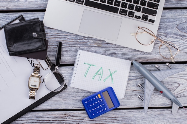 Koncepcja podatku międzynarodowego biznesu internetowego. widok z góry na płasko.