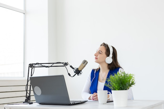 Koncepcja podcastingu, muzyki i radia - kobieta przemawiająca w radiu, pracująca jako prezenterka