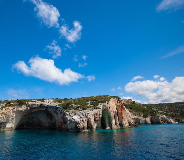 Koncepcja podróży i turystyki - niebieskie jaskinie na wyspie zakynthos, grecja