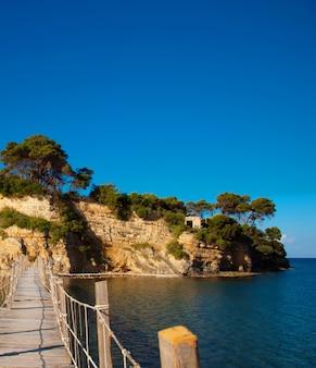 Koncepcja podróży i wakacji - zakynthos, most na wyspę