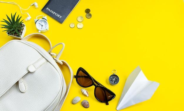 Koncepcja podróży letnich akcesoria podróżne okulary przeciwsłoneczne paszportowe na żółtym tle