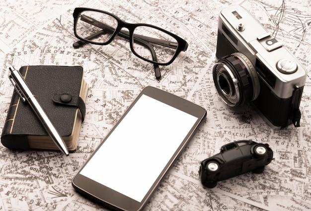 Koncepcja podróży pod dużym kątem ze smartfonem