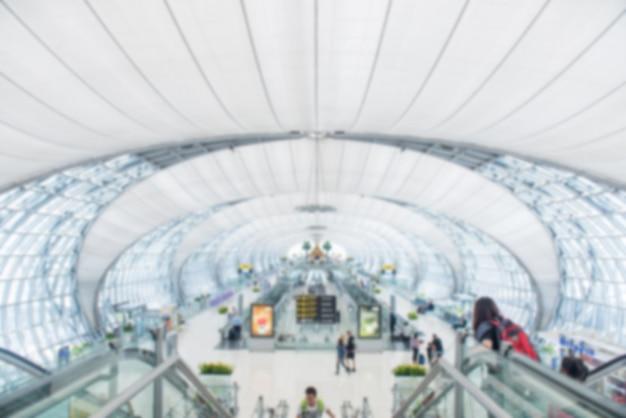Koncepcja podróży. podróżujący azjaci idący z bagażem na terminalu lotniska i terminalu lotniska zamazali tłum podróżujących ludzi