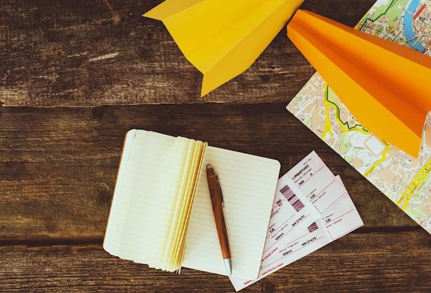 Koncepcja podróży. przedmioty na drewnianym stole