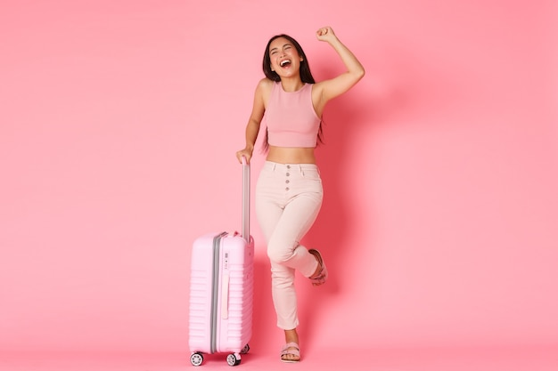 Koncepcja podróży, wakacji i wakacji. podekscytowany i szczęśliwy uśmiechnięty azjatycki gir