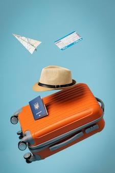 Koncepcja podróży z bagażem i kapeluszem