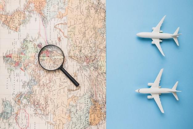 Koncepcja podróży z mapą i samolotem