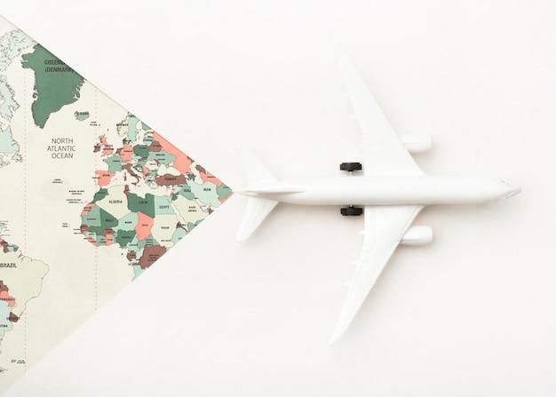 Koncepcja podróży z mapą świata i samolotem zabawki