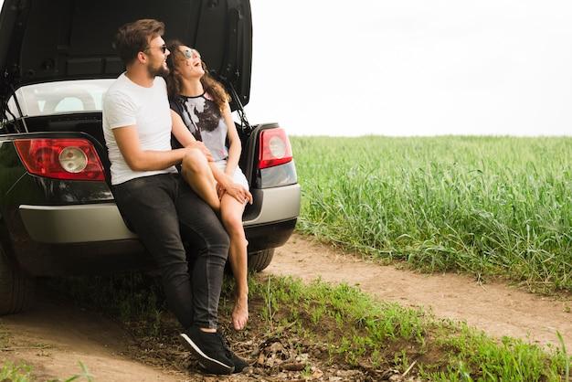 Koncepcja podróży z młoda para