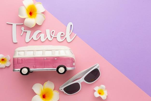 Koncepcja podróży z okularami przeciwsłonecznymi i kwiatami