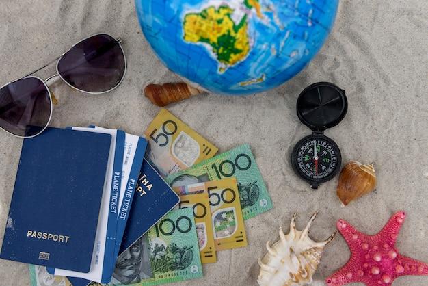 Koncepcja podróży z paszportem, kulą ziemską i dolarem australijskim