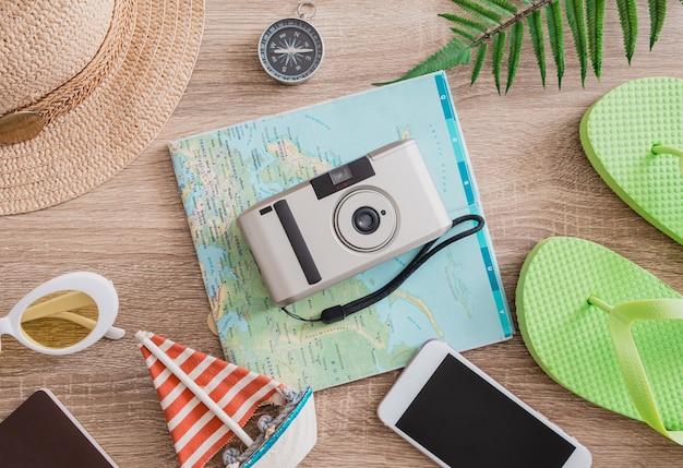 Koncepcja podróży ze smartfonem z kamerą i strojem podróżnika