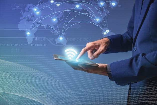 Koncepcja połączenia wi-fi, urządzenie z ekranem dotykowym do połączenia z globalną cybernetką, biznesmen ai smartfon online do sieci społecznościowej, cyfrowy link do informacji o danych, internet przedmiotów online