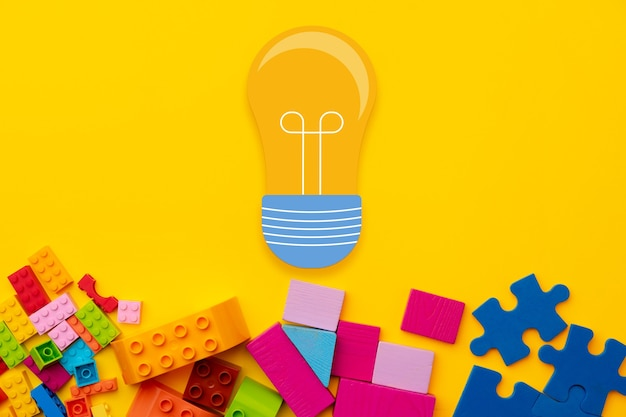 Koncepcja pomysłów z żarówką i szczegółami konstruktora zabawki