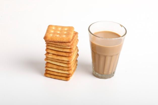 Koncepcja porannego śniadania. filiżanka herbaty i ciastko na białej powierzchni