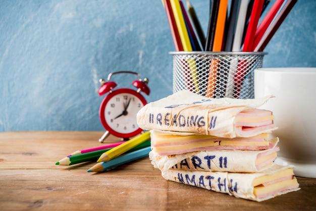Koncepcja powrotu do szkoły, kreatywne kanapki szkolne na śniadanie lub lunch, z serem i szynką