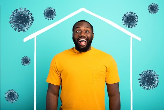 Koncepcja pozostania w domu wiadomość z mężczyzną w jego domu i wokół koronawirusa