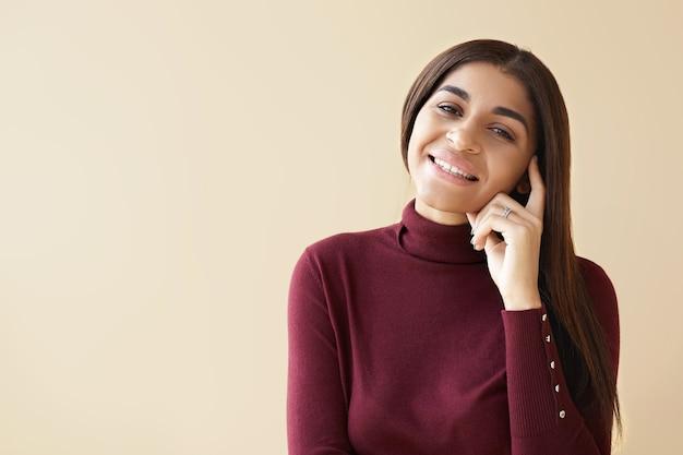 Koncepcja pozytywnego myślenia. pozioma piękna udana młoda kobieta rasy mieszanej uśmiechnięta radośnie, mając świetny pomysł