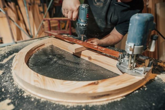 Koncepcja prac stolarskich i stolarskich, profesjonalny stolarz, stolarz meblarski, rękodzieło, prace manufakturowe