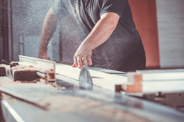 Koncepcja prac stolarskich i stolarskich, profesjonalny stolarz, stolarz, piłowanie mebli, rękodzieło, prace manufakturowe