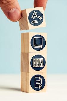 Koncepcja pracy biura sporów na streszczenie kostki z ikonami.