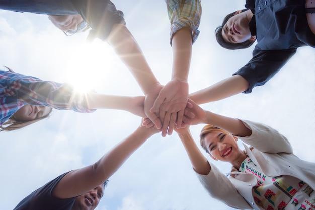 Koncepcja pracy zespołowej. ludzie biznesu do rąk. ludzie biznesu podejmowania stos rąk