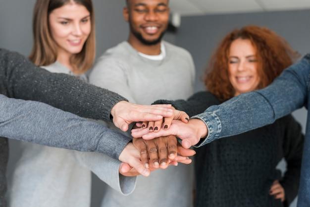 Koncepcja pracy zespołowej z rękami grupy ludzi