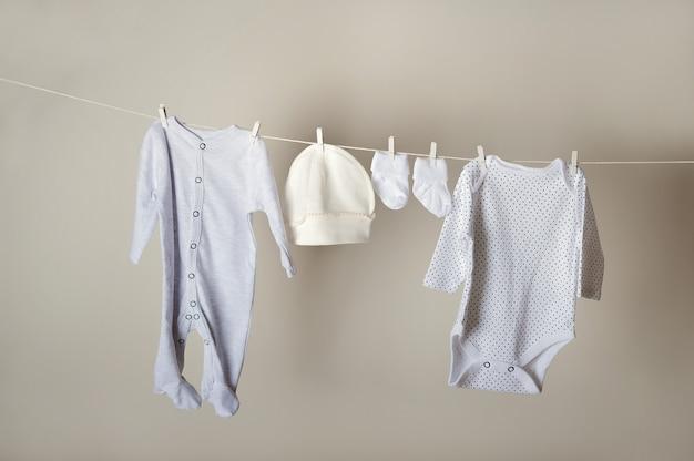 Koncepcja pralni. czystość, prasowanie, pranie odzieży dziecięcej.