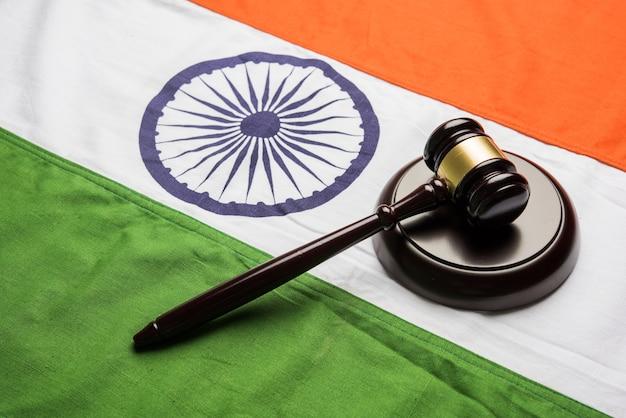 Koncepcja prawa indyjskiego przedstawiająca drewniany młotek i indyjską flagę