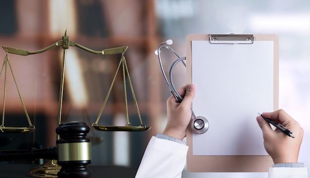 Koncepcja prawa sędzia prawo medycyna zgodność z aptekami zasady biznesowe dotyczące opieki zdrowotnej.