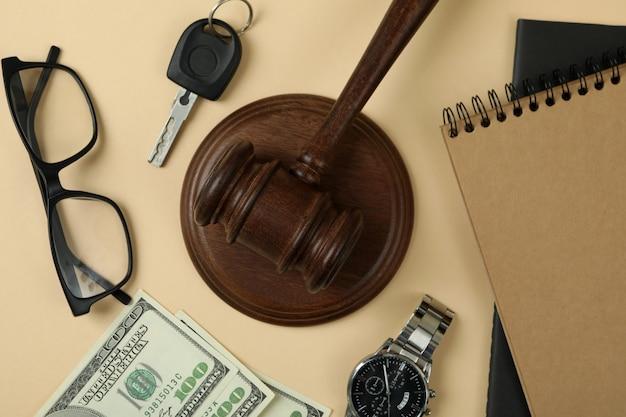Koncepcja prawa z młotkiem sędziego na beżowym tle