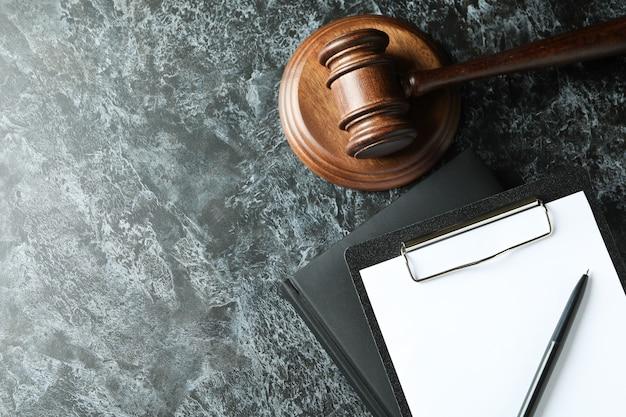 Koncepcja prawa z młotkiem sędziego na czarnym smokey table