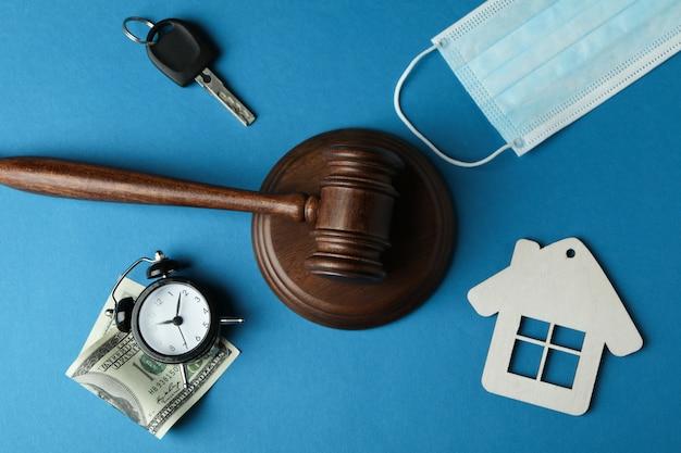 Koncepcja prawa z młotkiem sędziego na niebieskim tle